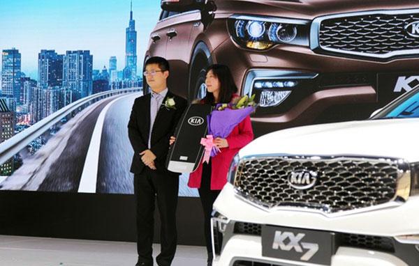 起亚KX7首位新车主钥匙交付仪式