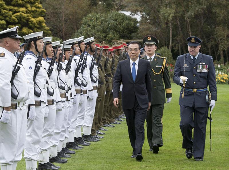 """【新西兰总理举行毛利特色仪式欢迎李克强】新西兰总理英格利希27日上午在惠灵顿的总督府大草坪举行仪式欢迎李克强总理。李克强夫妇与两名毛利文化顾问行""""碰鼻礼"""",并观看具有毛利文化特色的挑战、欢呼仪式和欢迎舞。随后,李克强检阅了新三军仪仗队。仪式完毕后,两国总理夫妇进入总督府合影留念。"""
