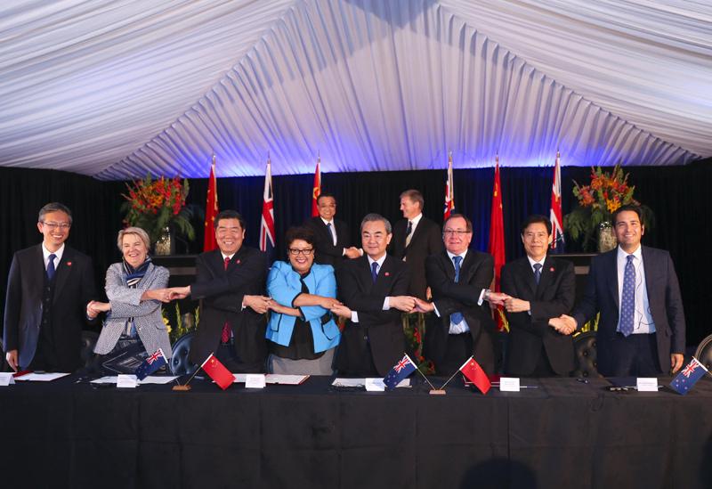 """【李克强出席中新合作协议签字仪式】27日上午,李克强总理和新西兰总理英格利希在惠灵顿会谈后,共同见证了两国关于经贸、农业、电子商务、教育、知识产权保护、环保等领域9份合作协议的签署,其中包括中新关于""""一带一路""""合作的谅解备忘录,新西兰成为首个同中国签署此类协议的西方发达国家。"""