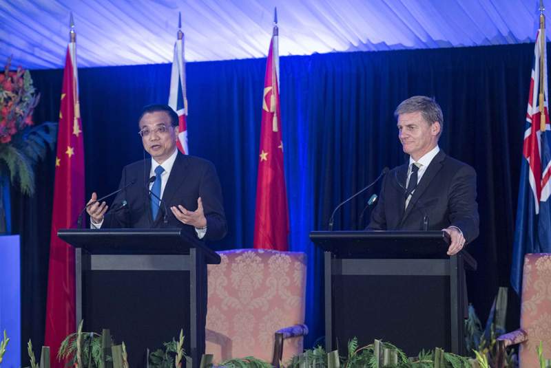 【李克强与新西兰总理英格利希共同会见记者】27日中午,李克强总理和新西兰总理英格利希结束会谈后共同会见记者。李克强说,此访期间中新宣布实现自贸升级版谈判,必将有力推动两国贸易发展,向地区和世界发出共同维护自由贸易的强烈信号。