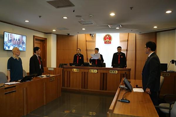 2016年8月16日,季承(左一)在一审庭审现场。