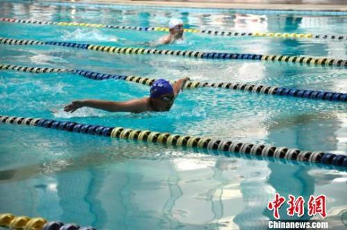 资料图:游泳爱好者在比赛中。王婧 摄