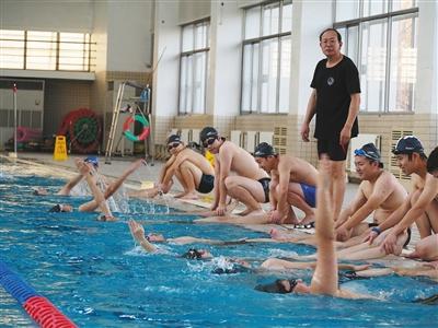 清华大学学生在上游泳课。校方供图