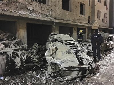 3月26日凌晨,警方与消防人员在爆炸现场勘查。新京报首席记者 陈杰 摄
