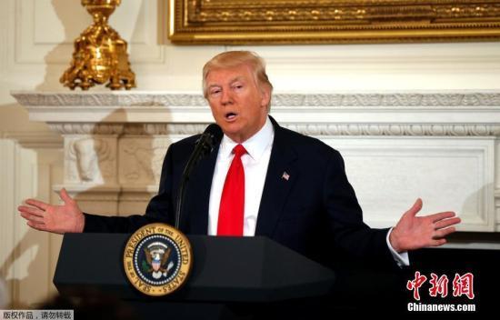 """他说:""""前任政府采取极度反化石燃料工业的策略,而(特朗普)政府对美国人民所做的承诺是,我们可以让人们重返工作岗位。"""""""