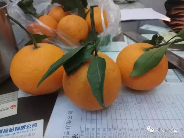 2,把橙子上面盖子切掉。