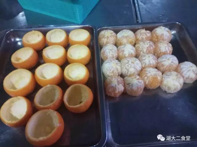 3,用勺子把橙子肉挖出来。