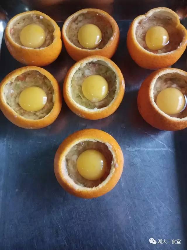 5,再打一个鸡蛋到橙子里面,进蒸汽柜蒸大约15分钟