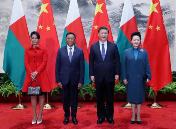 3月27日,国家主席习近平在北京人民大会堂同马达加斯加总统埃里举行会谈。会谈前,习近平在人民大会堂东门外广场为埃里举行欢迎仪式。这是习近平和夫人彭丽媛同埃里总统夫妇合影。新华社记者鞠鹏摄