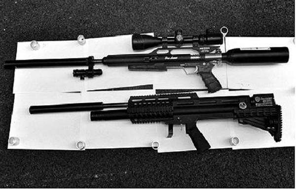 缴获的气枪枪支及零件。