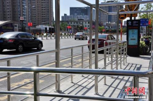 资料图:在北京部分地区,滴滴设立了站牌。中新社发 周东潮 摄