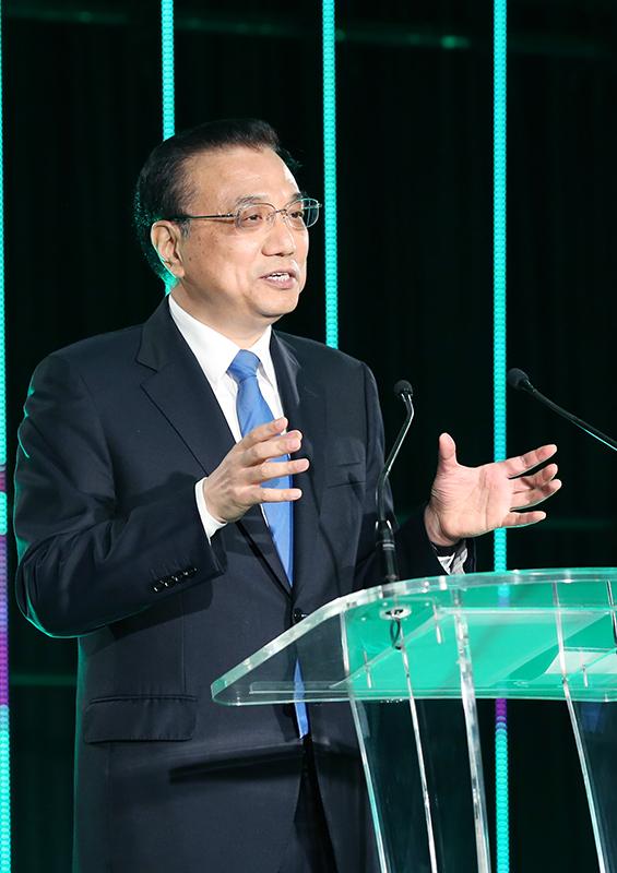 李克强指出,以贸易和投资自由化便利化为代表的经济全球化,是世界经济快速发展的重要动力。中新两国发展历程也表明,惟有开放包容,国家才能兴旺发达。