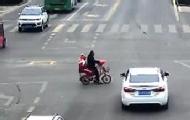 爷爷骑车载孙女闯红灯被撞飞