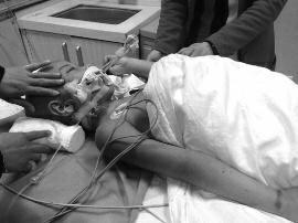 3月29日晚,受伤男童在唐都医院接受治疗 华商报记者 马虎振 摄