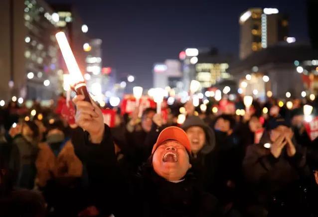 朴槿惠弹劾案宣判前,韩民众再举行大规模烛光集会