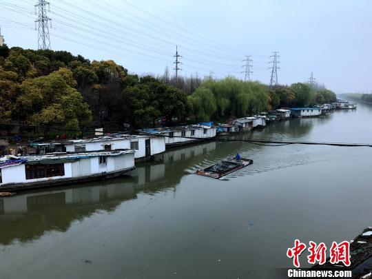 """上海新槎浦河上,漂浮着一排""""水上村寨""""。 王子涛 摄"""