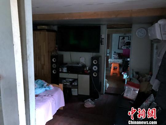 住户李朝庆的房间,电视、音响、空调、洗衣机、冰箱、微波炉,生活电器基本一应俱全。 王子涛 摄