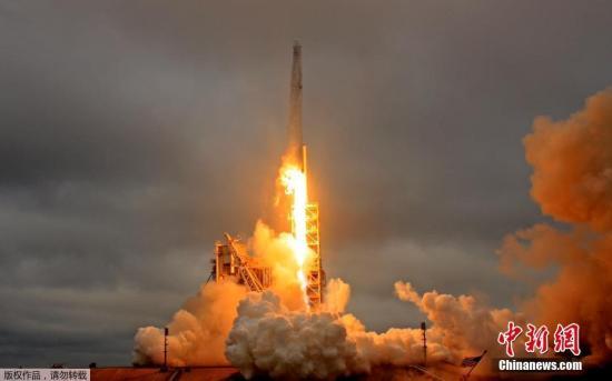 """资料图:美国太空探索技术公司2月19日重启""""太空物流"""",从人类首次登月发射台成功发射""""猎鹰9""""火箭,将""""龙""""货运飞船送往国际空间站。"""