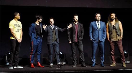 《正义联盟》剧组亮相华纳展会。