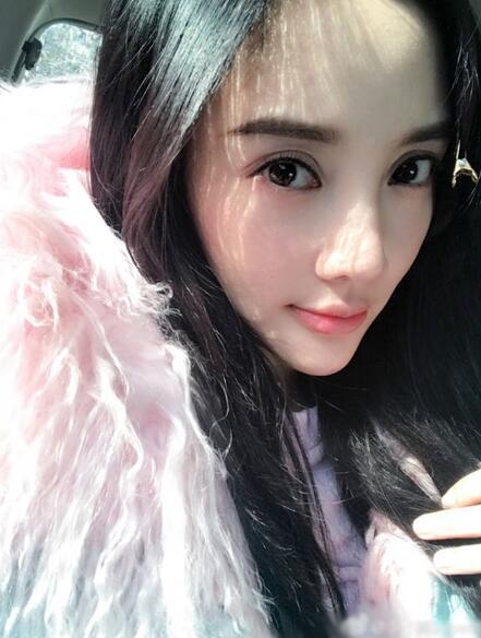 """""""欧式大平行""""的宽双眼皮和常年在线的韩式半永久一字眉屡被网友取笑"""
