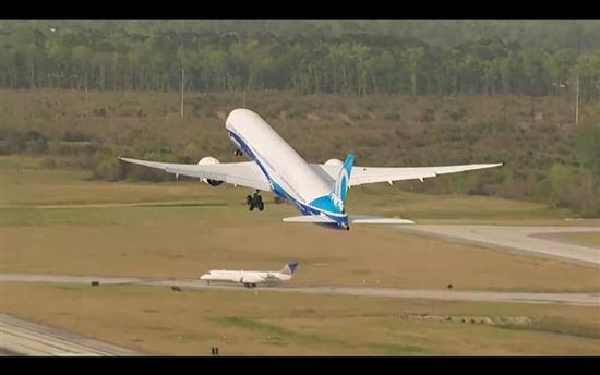 波音最新型号787-10首飞成功
