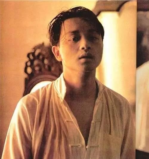 """陈凯歌说,也有许多他自己也未曾留意的纤微毫发处,倒是张国荣给了他惊喜――程蝶衣被逐出舞台多年来不能演戏,转眼就到了""""文革""""前夕,他听到了广播。虽然只是一两个镜头的独角戏,但陈凯歌自觉是关键的一场,也做足了设计,选景在北京恭王府夹道,为的是取繁华散尽、破败凋零的感觉。"""