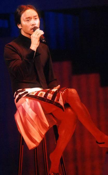 即便放至今日张国荣的演唱会装扮亦是大胆可敬的