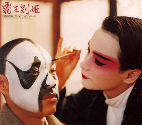据张丰毅说,张国荣是擅入戏的人,拍戏前后作派已有区别,举手投足俱是伶味