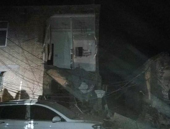 2017年4月1日晚10:28左右,山西省浮山县城内南环西路一处居民住宅楼发生爆炸。目前,临汾市、县两级主要领导及相关部门正在现场指挥救援,并启动应急处置预案。公安、消防及医疗人员正在紧张搜救,目前,爆炸点现场已搜救出7人,其中一人生还,6人无生命体征,还有3人被埋,施救工作仍在全力进行,爆炸原因正在调查。(央视