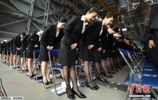 当地时间4月1日,日本全日空集团在东京举行新职员入职仪式,2800名新职员正装参加运作整齐化一。