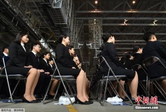 日本航空公司迎新仪式壮观 美女帅哥整齐化一(组图)
