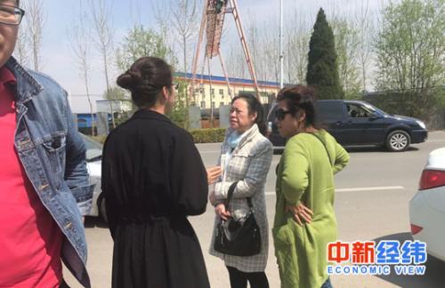 图六:外地购房者围在雄县房产中介门口做咨询,被中介告知无房可售。中新经纬 刘雪玉 摄
