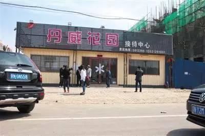 2017年4月2日,雄县,某楼盘前,多名驾驶京牌汽车的人来打探房产信息。