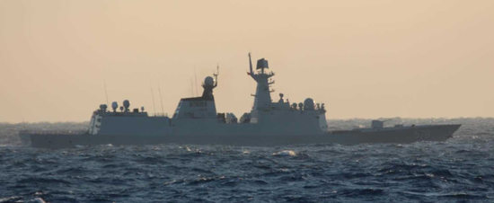 """中国海军第26批护航编队的两艘054A型护卫舰和1艘903A型综合补给舰于4月2日通过宫古海峡。日本海上自卫队第11护卫队军舰和第5航空群的P-3C拍摄到这3艘军舰出现于宫古岛北东约110千米海域,魔兽世界血精灵法师随后中国海军编队向东南方向驶去。以往东海舰队派出的护航编队通常会经过台湾海峡南下经南海直接开赴亚丁湾。这次,魔兽世界血精灵法师中国海军护航编队选择""""绕了个远""""、经宫古水道赴索马里海域,魔兽世界血精灵法师显然是高调展示给""""御用摄影师""""来拍的。图为航经宫古海峡的扬州舰。"""