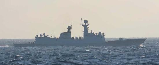 """中国海军护航编队2日穿越宫古海峡 还""""绕了个远"""""""