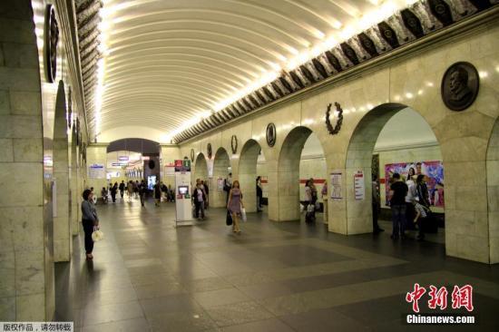 """俄罗斯媒体早些时候报道,俄罗斯圣彼得堡地铁""""先纳亚广场""""和""""技术学院""""两个地铁站发生爆炸。俄罗斯媒体称,爆炸造成10人死亡,数十人受伤。爆炸发生后,圣彼得堡全城地铁停运。"""