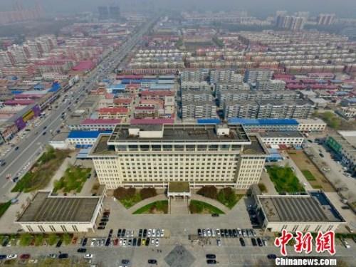 雄县政府大楼坐落在城区中心 王天译 摄