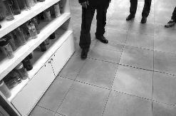 �A商�笥�(�者 �思存 �z影 �小�l)3月31日晚8�r,43�q的�w先生在①家�T口健身��所健身�r不幸身亡※。家人�Q他在�]有收藏跑步�C上�\��20多分�後去接�用水�r突上面然倒地,���救♀�o效身亡,��地警方已排除外〗界暴力致死。