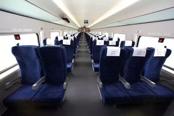 但我觉得中国高铁的二等座不如欧洲,比如法国TGV或者韩版KTX或者德国的ICE,欧洲高铁二等座布局是2+2而非中国的2+3,更宽一些。一等座的作为布局是2+2,座椅宽敞结实,椅套一般是红色。