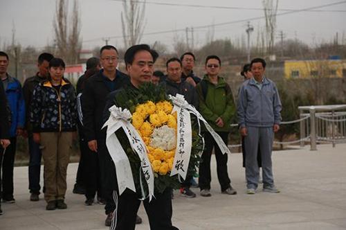 北京援疆干部向王蔚墓敬献花篮 千龙网发