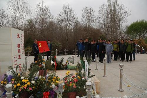 北京援疆干部在王蔚墓前重温入党誓词和援疆誓言 千龙网发