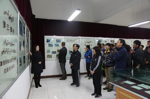 北京援疆干部在聆听王蔚事迹讲解 千龙网发