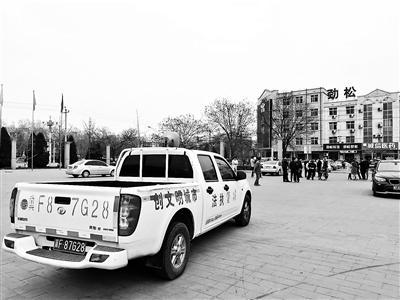 城管人员在雄县各房产中介和售楼处24小时执勤