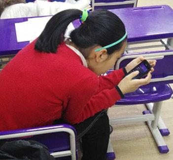 玩手机14岁少女颈椎老化如50岁严重或可致瘫(图)