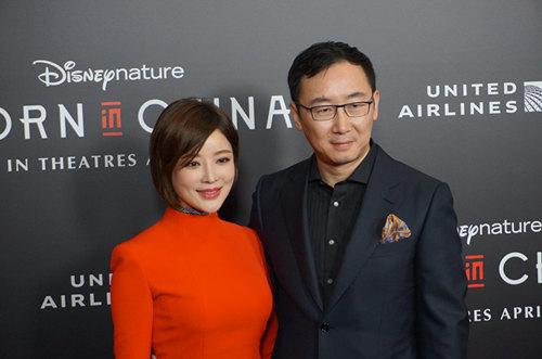 陆川导演与妻子胡蝶来到洛杉矶《我们诞生在中国》首映典礼。