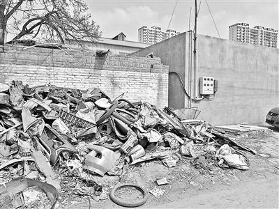 雄县的小塑料作坊外,堆积着大量废料。本文图片 北京青年报