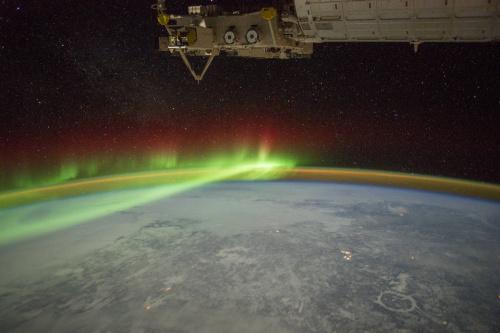 加拿大上空,极光如同面纱笼罩。(NASA)