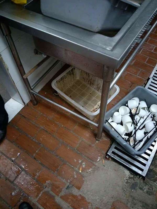 堆积在下水口的碗筷