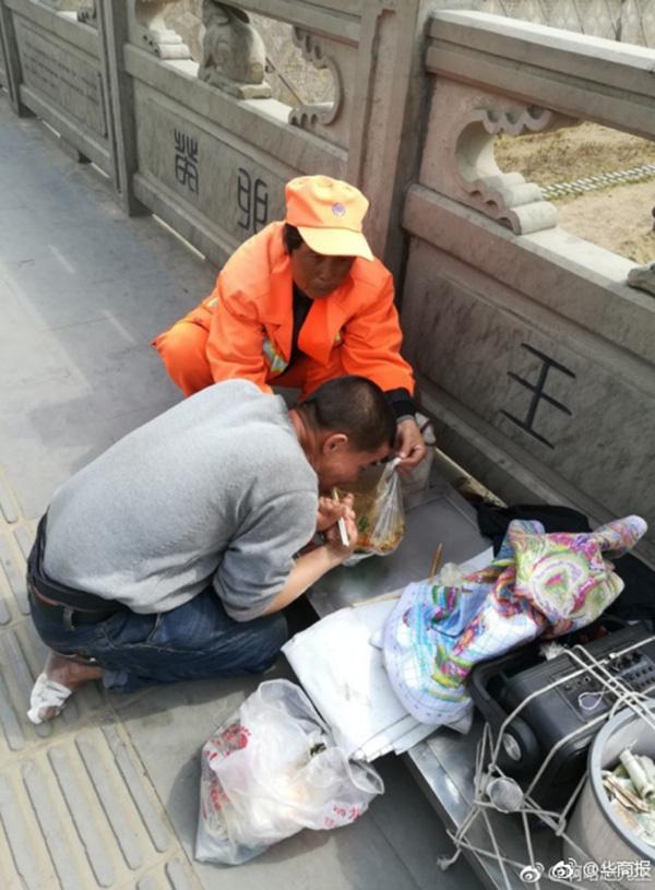 保洁员正在帮一位肢体残疾的小伙子撑开盛饭的塑料袋,方便残疾人吃饭。 本文图片均为@华商报 图