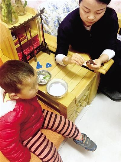 幼儿园老师给错送进来的孩子喂食早饭